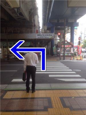 ④一つ目の信号を渡り、 左折してください。